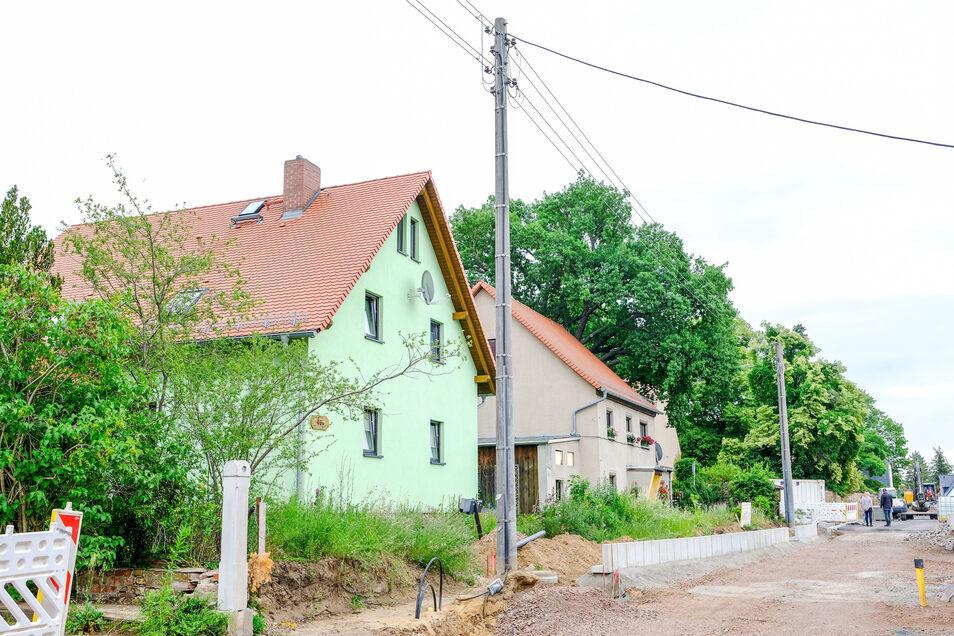Entlang der Straße stehen noch Oberleistungsmasten. Die werden bald abgerissen und die Leitungen stattdessen unter die Erde verlegt.