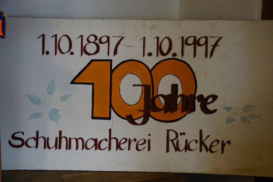 Dass der Schuhmachermeister sehr sparsam war, beweist dieses Schild zum 100. Gründungsjubiläum des Geschäfts.