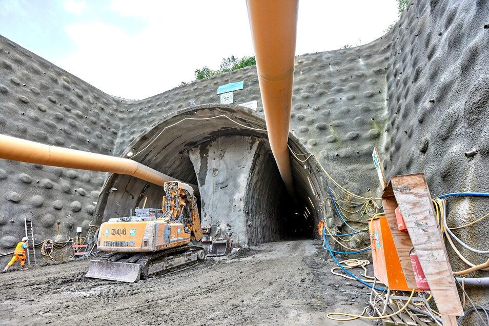 Tunnelportal an der Westseite des Pirnaer Kohlbergtunnels: 250 Meter der Röhre entstehen unter Tage, wegen des mürben Gesteins im Berg kommen die Mineure nur langsam voran. Gleichwohl wollen sie auf der linken Seite noch in diesem Jahr den Durchbruch scha