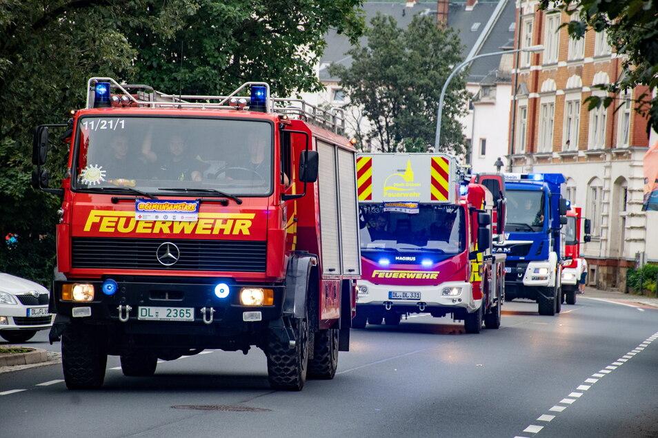 Mit 17 Fahrzeugen sind Helfer von Feuerwehr, THW und Johanniter-Unfall-Hilfe am Sonnabend durch Döbeln gefahren.
