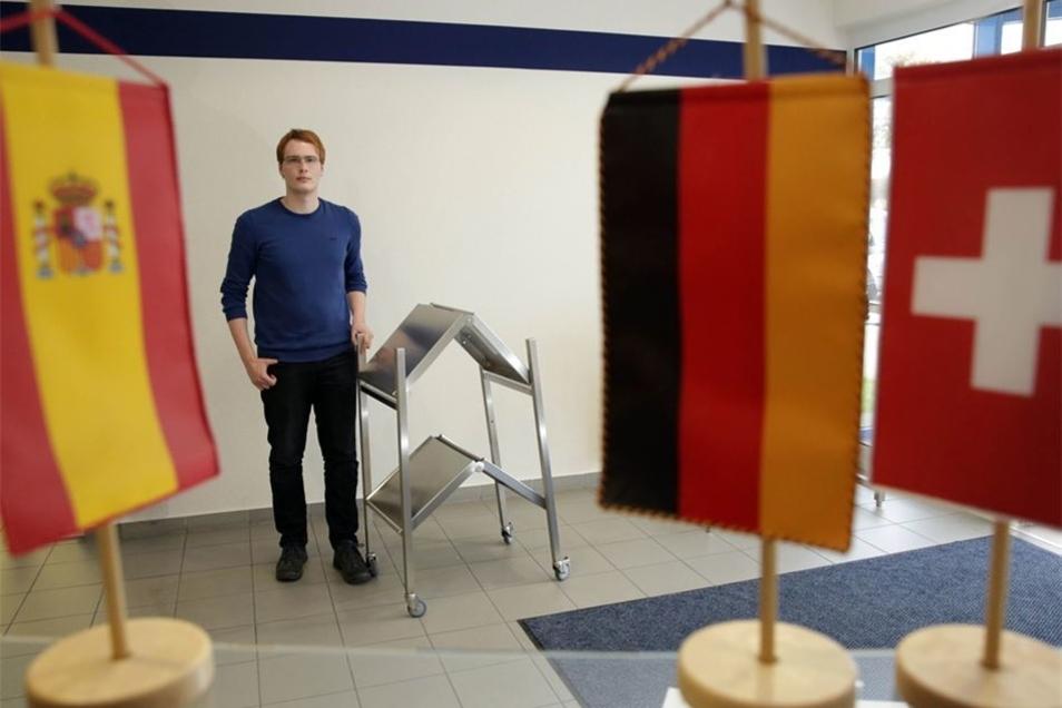 Der Konstrukteur des faltbaren Servicetisches ist 22 Jahre jung. Alexander Borrmann aus Oberlichtenau absolvierte im Unternehmen ein duales Studium. Das hat sich ausgezahlt – für beide Seiten.