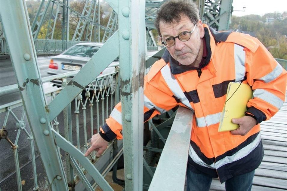 Straßenbauamtschef Reinhard Koettnitz zeigt eine verbogene Strebe.