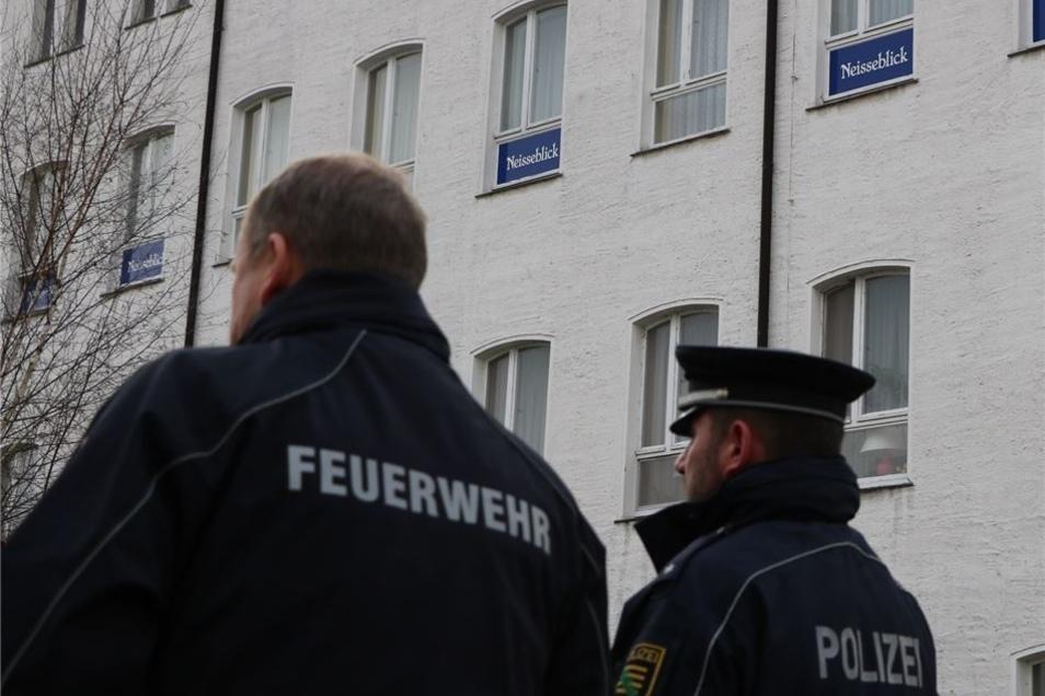 """Polizei, Feuerwehr und Behörden haben am Mittwoch das Areal des Hotels """"Neißeblick"""" in Ostritz inspiziert. Und machten einen erstaunlichen Fund."""