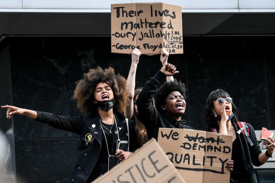 Teilnehmer der Kundgebung auf dem Alexanderplatz protestieren gegen Rassismus und Polizeigewalt - und rufen laute Sprechchöre.