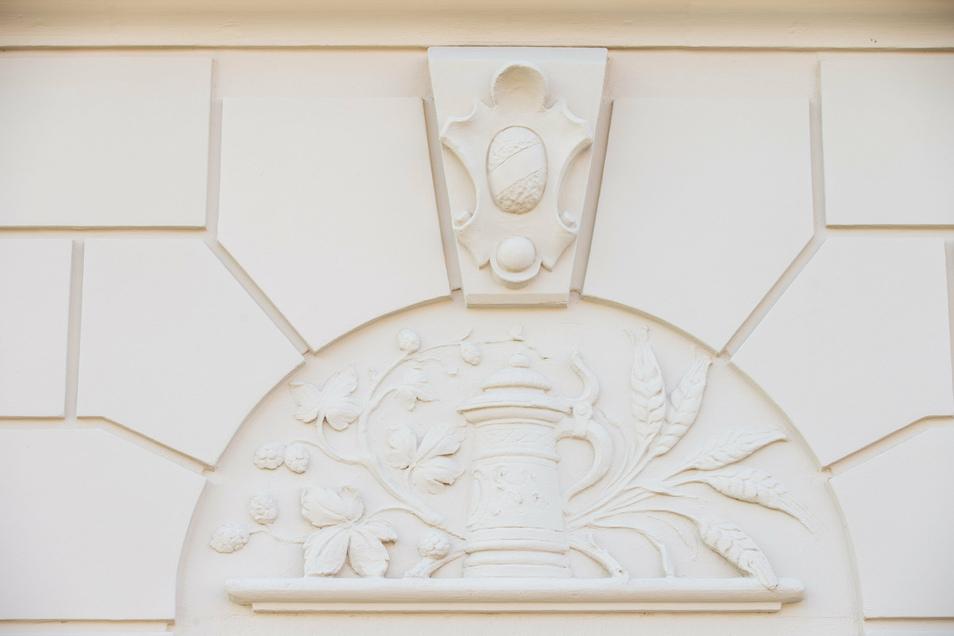 Solche Reliefs zieren über jedem Erdgeschossfenster die Fassade. Auch sie wurden aufwendig restauriert, um die historische Optik zu bewahren.