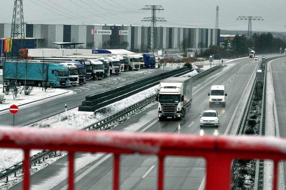 Während der Schnee und liegengebliebene Lkws auf der A4 den Verkehr zum Erliegen brachten, rollte er auf der A13 wie hier bei Radeburg.