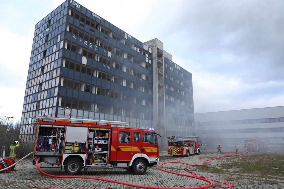 Das Feuer im Dresdner Stadtteil Niedersedlitz war am Donnerstagnachmittag im Erdgeschoss bemerkt worden.