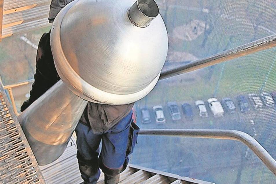 Hinauf zur Spitze: Über Treppen ging es die letzten Meter hoch hinauf, ehe die Turmspitze am richtigen Ort am Dach der Kirche angelangt war.
