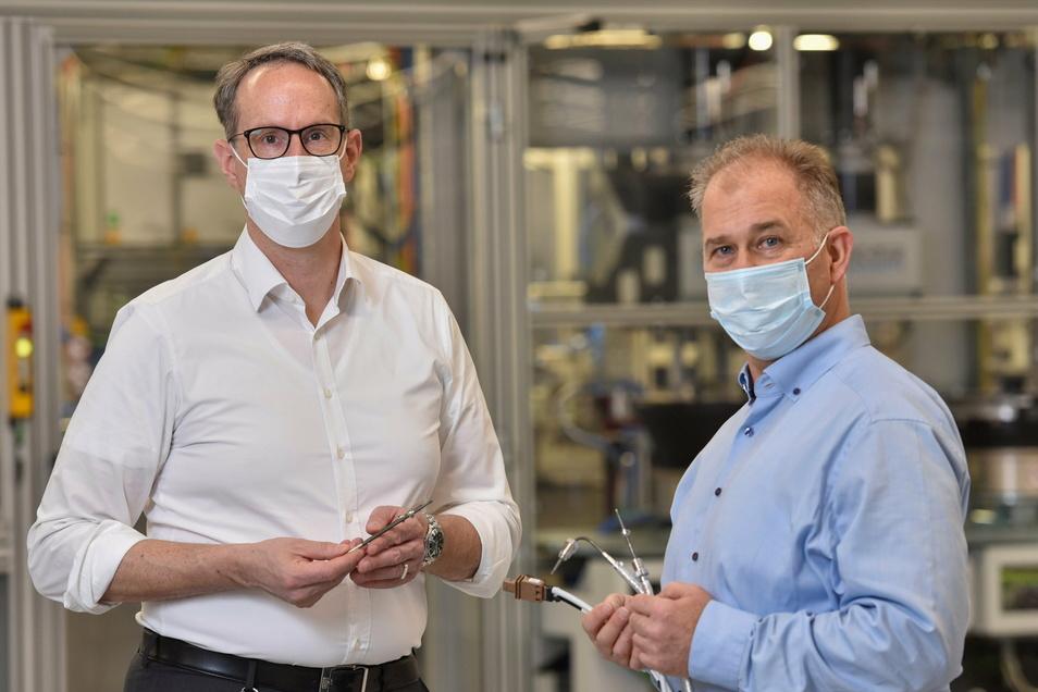 AB Elektronik Sachsen GmbH feiert 2021 30-jähriges Jubiläum. Thorsten Bick, Werkleiter, und Aldo Bojarski, Entwicklungsleiter (v.l.) sind stolz auf die wieder hervorragende Auftragslage.
