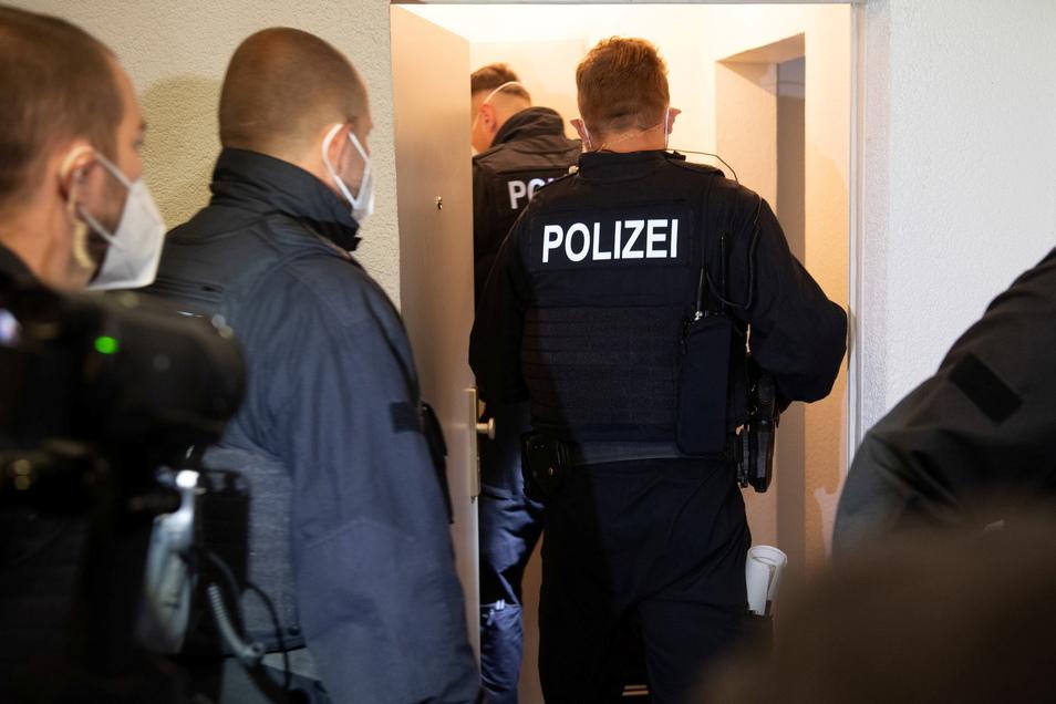 Die Beamten der Bundespolizei durchsuchten insgesamt 33 Objekte, 21 davon allein in Berlin. Auch in Sachsen waren sie im Einsatz.