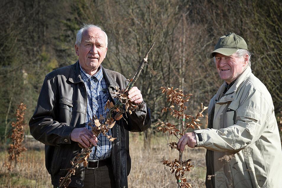 Karl-Heinz Teichert - hier mit Dieter Bär bei einer Baumpflanzaktion - beschreibt in seinem neuen Heft das Leben und Arbeiten auf dem Land. Am 4. Juli liest er daraus im Stadt- und Museumshaus.