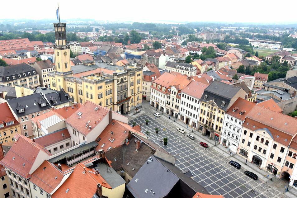 Blick auf Zittauer Markt und Rathaus vom Aussichtsturm der Johanniskirche.