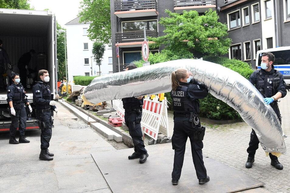 Einsatzkräfte stehen bei einem großangelegten Einsatz gegen die Rauschgiftkriminalität vor einem Bürogebäude in Essen.