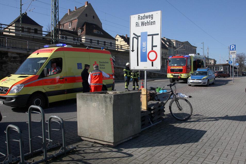 Ein Fahrradfahrer war auf dem Elbeparkplatz gestürzt, er verletzte sich schwer.