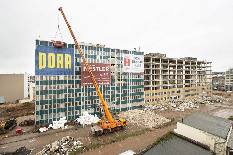 Im Frühjahr 2019 beginnt der Rückbau des Plattenbaus, den einst der VEB Energieanlagenbau Radebeul errichtet und den nach der Wende der Schweizer Konzern ABB übernommen hatte.