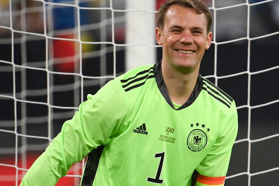 """1 Manuel Neuer   Geboren: 27.03.1986   Verein: Bayern München   Länderspiele: 100   Tore: 0   Als erster deutscher Torwart im """"Klub der Hunderter"""", aber selbst nach einem EM-Triumph hätte er noch nicht genug."""