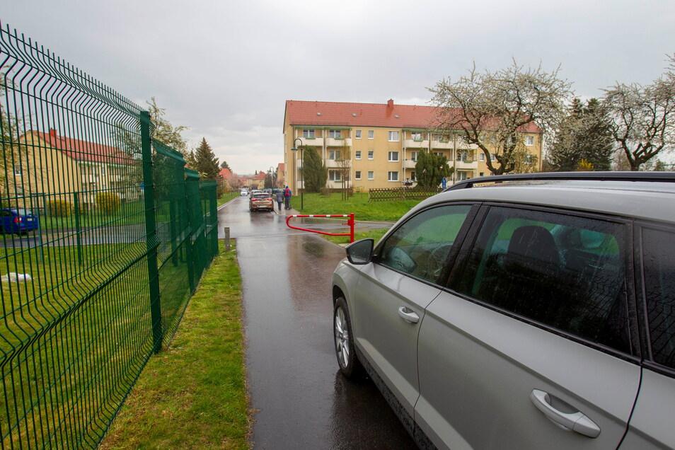 Einige Einwohner des Wohngebietes an der Nossener Straße möchten, dass der Weg zum Gartenweg geöffnet wird. Der Bürgermeister lehnt das ab.