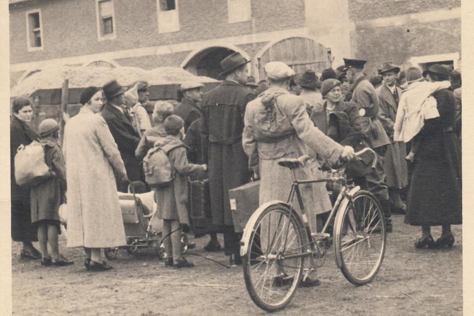 Ausweisung aus Kleinschönau am 22. Juni 1945. Fotos wie dieses sind eine Seltenheit, da das Fotografieren in dieser Situation absolut nicht erwünscht war und ohnehin nur wenige Menschen eine Kamera besaßen.