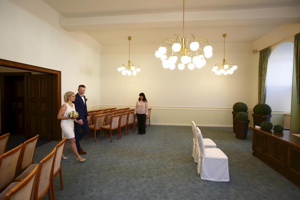 Einmarsch ins leere Trauzimmer im Kamenzer Rathaus. Standesbeamtin Silke Recke war die Einzige, die die Hochzeit mit begleiten durfte.