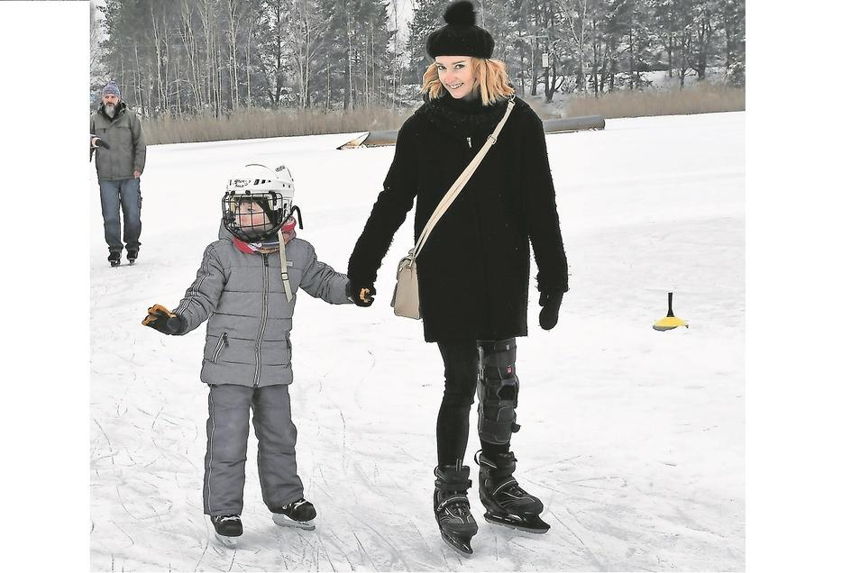 So wie diese Mutti nutzten am Wochenende viele Eltern die Gelegenheit, mit ihren Sprösslingen auf regionalen Seen etwas Schlittschuh zu laufen.