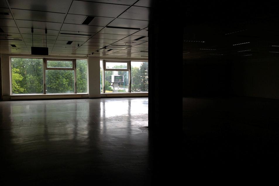 """Im Mittelgeschoss wäre viel Platz für einen Händler, der Fläche braucht. Zuletzt hieß es hier """"Eine Stadt tanzt"""". Das Foto ist ein Blick auf die """"Robotron"""", jetzt VBH-Uhr""""."""