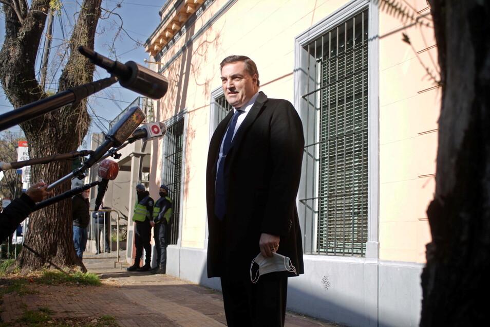 Buenos Aires: Der Anwalt Mauro Baudry spricht mit Journalisten vor der Staatsanwaltschaft, in der Ärzte und Pfleger der argentinischen Fußballlegende Maradona vernommen werden.