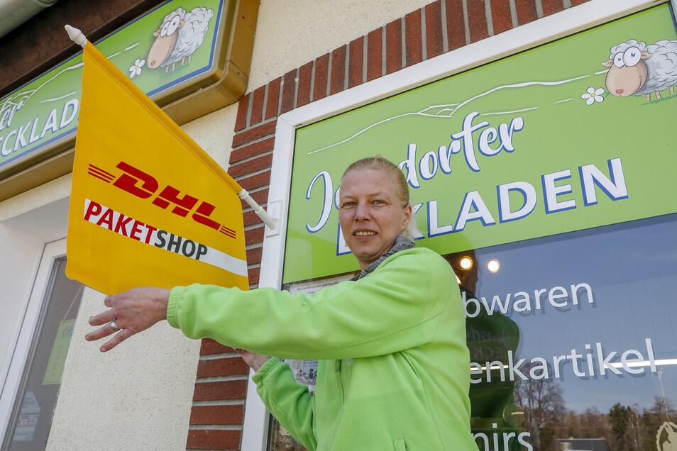Cornelia Gärtig betreibt in ihrem Jonsdorfer Eckladen zwar einen Paketshop, darf aber viele Pakete gar nicht annehmen. Das ärgert sie.