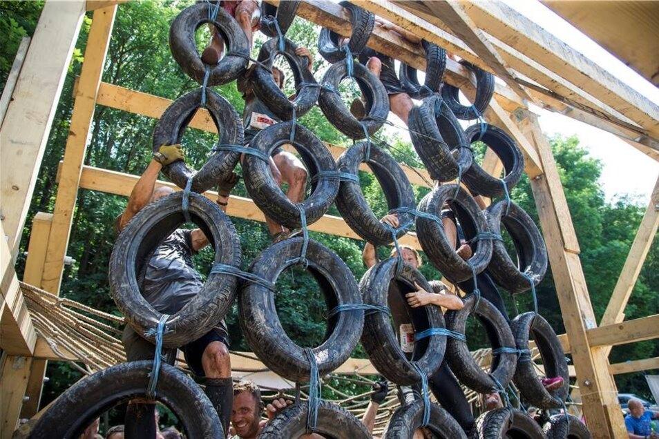 In der Nähe des Hains wartete diese Reifen-Wand auf die Läufer. Wer völlig kaputt war, hatte hier schlechte Karten.