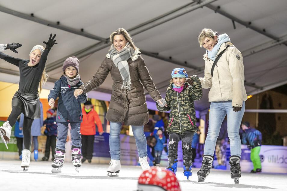 Am ersten Abend suchten schon viele Eislaufbegeisterte den kalten Spaß bei den Stadtwerken.