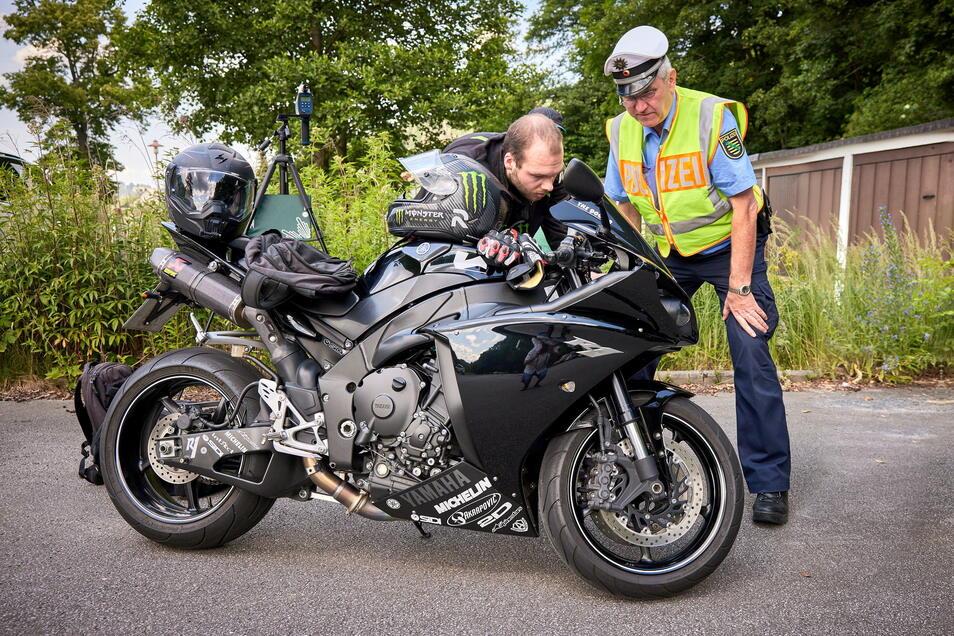 Ist an dem Motorrad irgendwas gemacht worden, was nicht erlaubt ist? Oberkommissar Michael Garschke (r.) entdeckt auch, was man nicht auf den ersten Blick sieht.