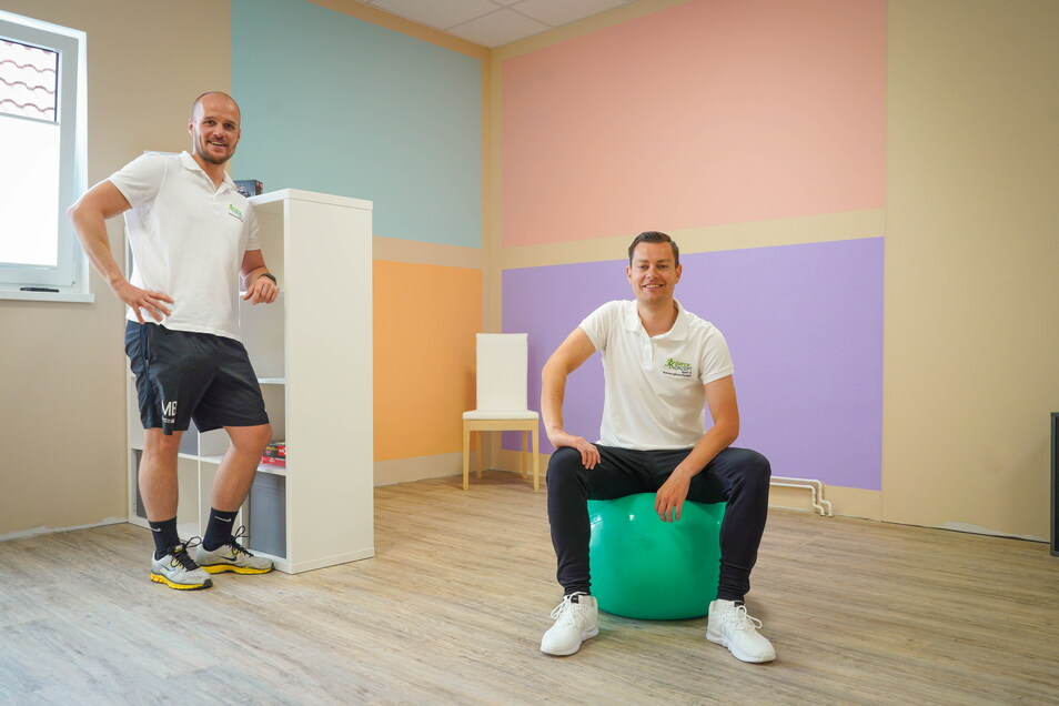 Martin Bär, Inhaber der Sport- und Schmerztherapie Körperkonzept in Cunewalde (l.) hat nicht nur neue Räume für seine Praxis geschaffen, sondern mit Axel Klaus auch einen Ergotherapeuten in den Ort gelockt.