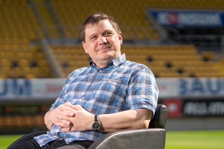 Sven Geisler, 54 Jahre, ist seit November 1999 in der Sportredaktion der Sächsischen Zeitung und berichtet vor allem von Dynamo Dresden. Vorher hat der in Hoyerswerda geborene Diplom-Journalist als Reporter beim Hoyerswerdaer Tageblatt, als verantwortlich