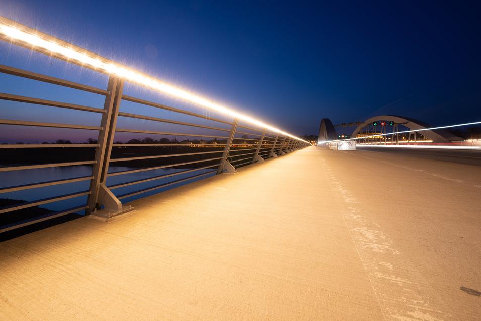 Derzeit leuchten die LED-Strahler wieder in den Handläufen der Waldschlößchenbrücke. Doch sie fallen immer wieder aus.
