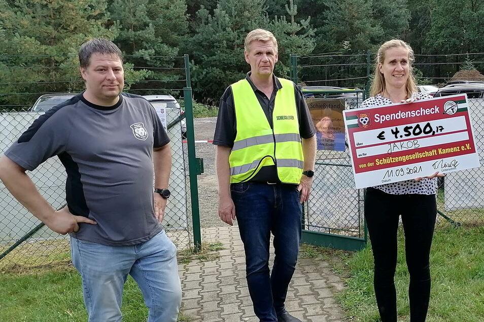 Den symbolischen Spendenscheck konnten SGK-Präsident Thomas Reinecke und Schatzmeister Thomas Reichelt an Jakobs Mutti für den Verein Herzenswünsche Oberlausitz e. V. übergeben.