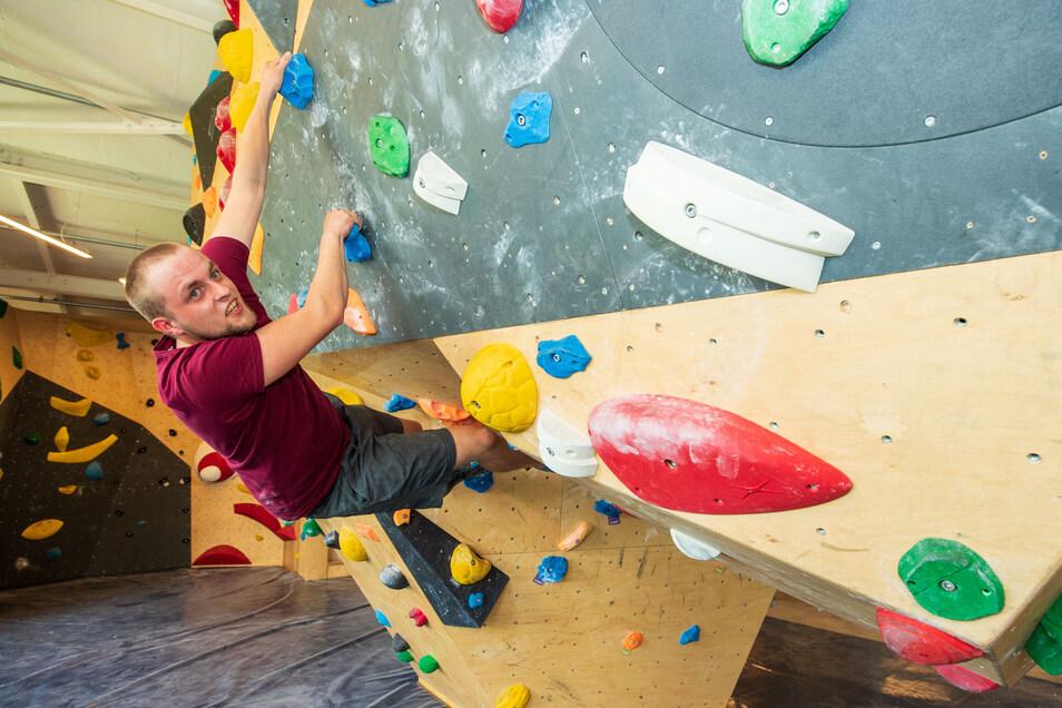 Noch bouldert Niklas Schwärzke allein, dabei können in der Halle 90 Personen gleichzeitig klettern und halten dabei sogar noch Abstand.