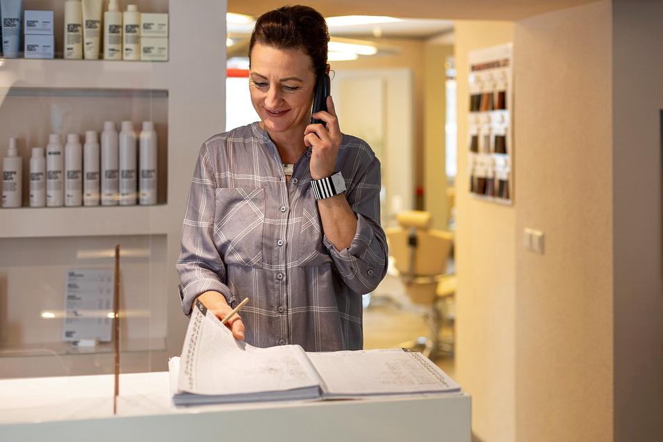 Das Kundenbuch wieder voll und trotzdem fällt Anja Neupert-Evers das Lächeln derzeit schwer.