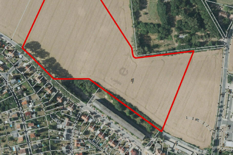 Der rot umrandete Teil des Flurstücks 45/3 soll Grün- und Ackerfläche bleiben. Die Fläche rechts daneben an der Großenhainer Straße ist im Flächennutzungsplan der Stadt als Gewerbefläche ausgewiesen.