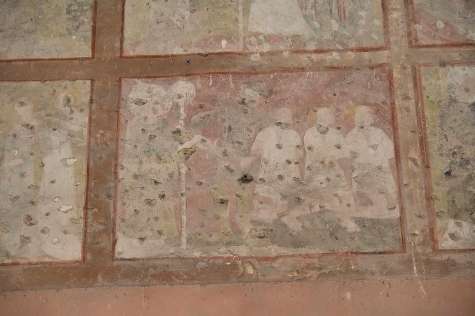 Dieses Wandbild zeigt den heiligen Nikolaus, der drei Unschuldige vor der Verurteilung rettet. Da das Bild lange unter einer Putzschicht lag, ist es nicht mehr gut zu erkennen.