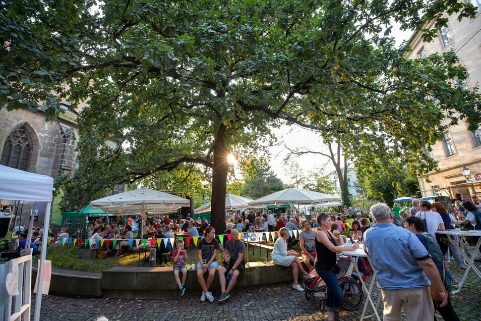 Bei sommerlichen Temperaturen genossen die Besucher das Weinfest im Klosterhof Pirna.
