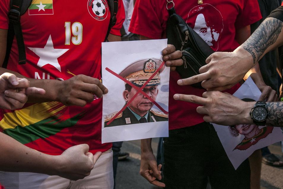 Demonstranten halten ein Porträt des Armeechef Hlaing. Das Militär hatte in der Nacht die zivile Führung Myanmars um Suu Kyi entmachtet und einen einjährigen Ausnahmezustand verhängt.