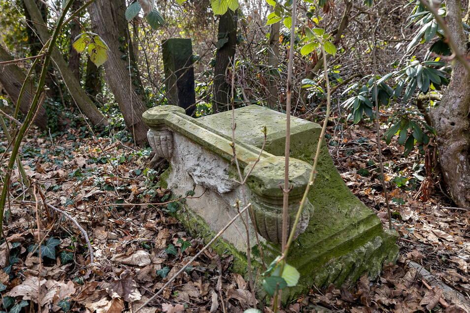 Die alten Grabeinfassungen und Platten sollen in die Neugestaltung des Friedhofparks integriert werden.