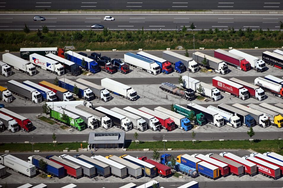 Parkende Lkw auf dem Parkplatz von einem Autohof bei Sinsheim an der Autobahn A6. In Deutschland fehlen Zehntausende Parkplätze.