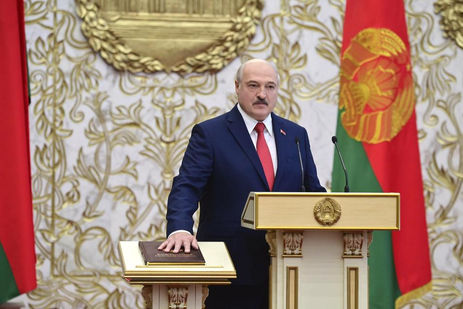Alexander Lukaschenko, Präsident von Belarus, legt seinen Amtseid während seiner Amtseinführungszeremonie im Palast der Unabhängigkeit ab.