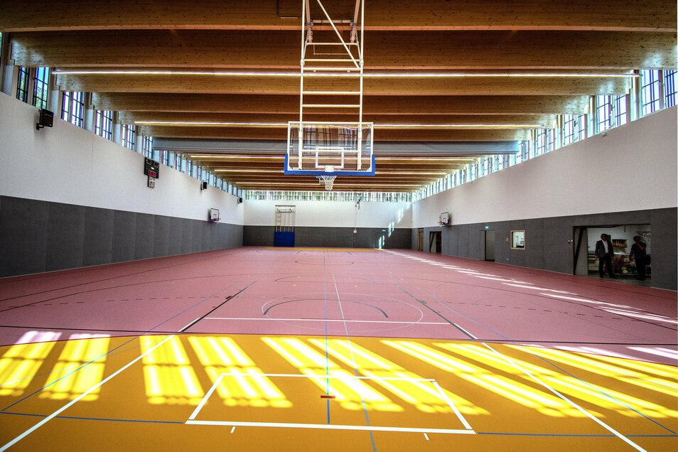 Die sogenannte Zweifachsporthalle lässt sich durch einen Vorhang in der Mitte trennen. Auch Spiele auf Großfeld in Handball und Baskettball sind möglich.
