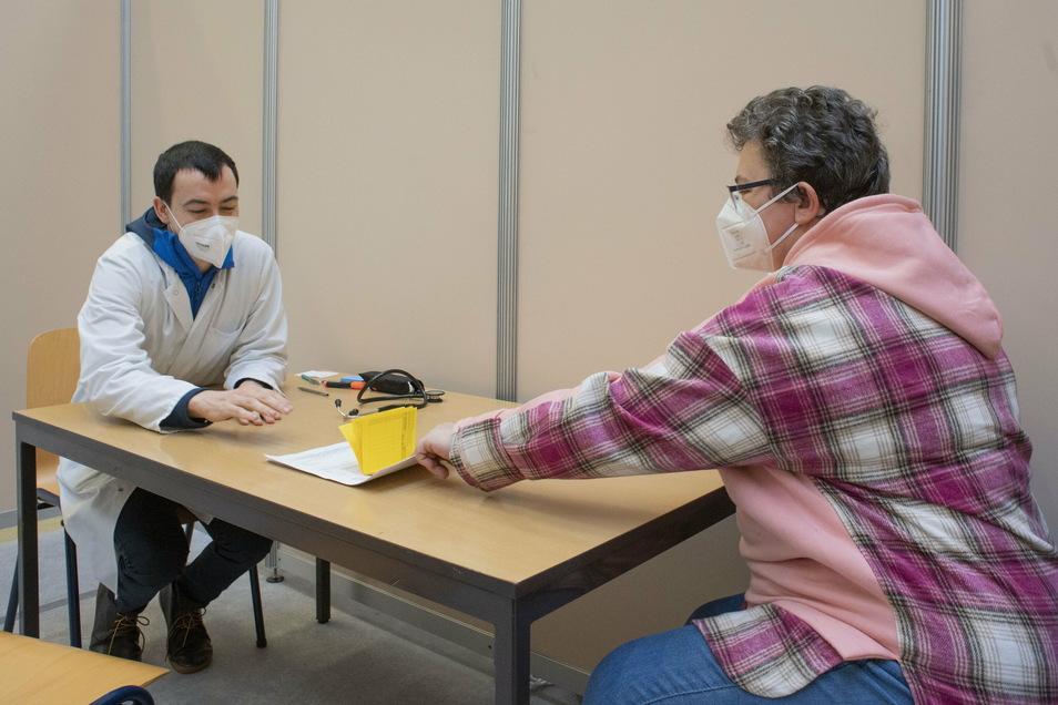 Aufkärungsgespräch zur Covid-19 Impfung mit Arzt Radoslav Bayadzhiev.