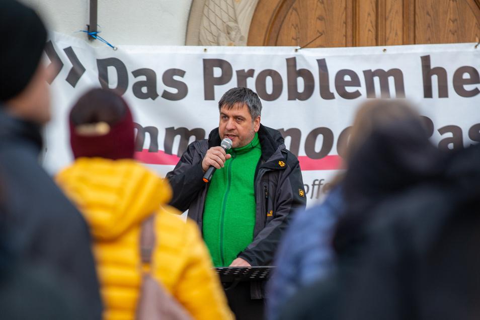 """Banner: """"Das Problem heißt immer noch Rassismus"""", Redner Lutz Richter (Die Linke)."""
