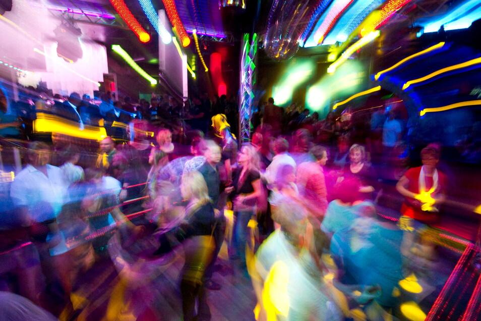 Tanzende Menschen, bunte Lichter: Bald gibt es das wieder. In Kamenz steigt am 17. Juli die erste Party nach dem Lockdown.