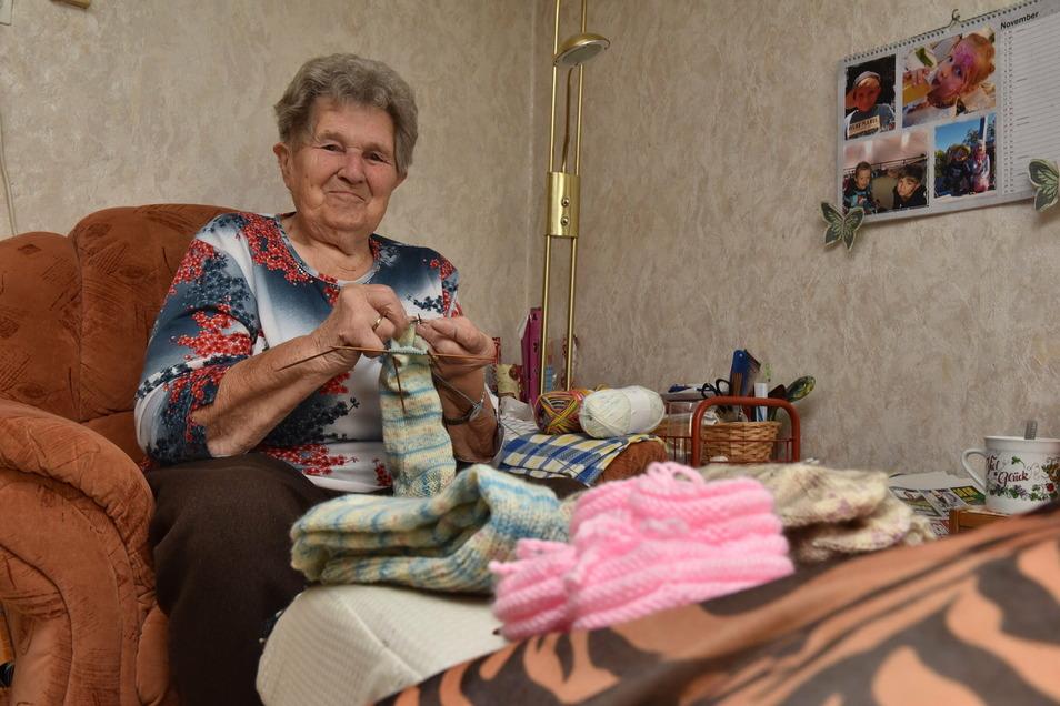 """Maria Leiteritz aus Pretzschendorf strickt Socken für """"Weihnachten im Schuhkarton"""" und Babyschuhe für die Neuankömmlinge im Dorf."""