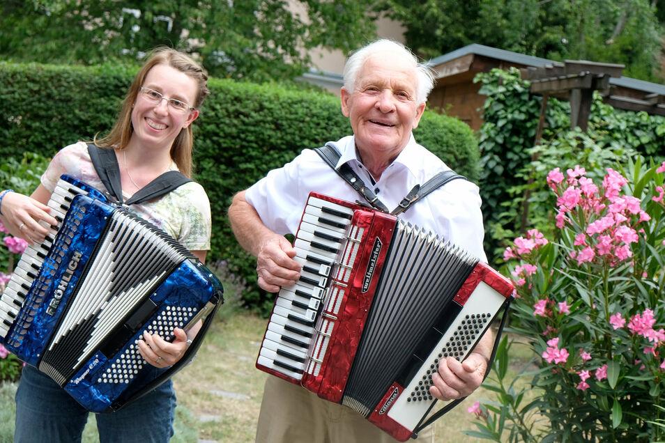 Das Akkordeon ist die neue Leidenschaft von Zimmerermeister Günther Roick aus Meißen. Zu seinem Jubiläum gratuliert auch seine Musiklehrerin Sabine Krieg.