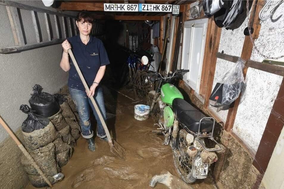 Alle Wohn- und Nebengebäude von Cornelia Specht standen im Mai 2017 einen Meter unter Wasser. Zurück blieben eine dicke Schlammschicht und viele Schäden. Die Spitzkunnersdorfer wünschen sich seither einen Hochwasserschutz.